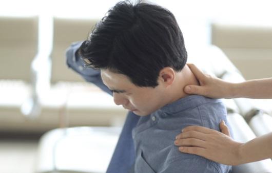 중년의 어깨 통증 '오십견' 진단법