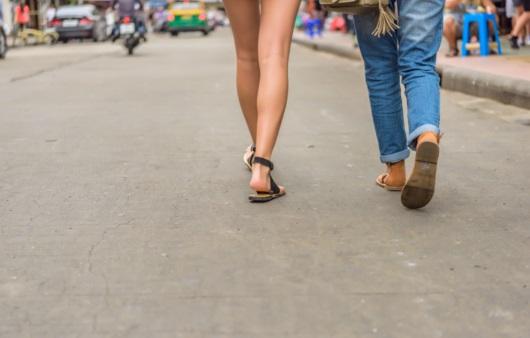 걷고 있는 커플