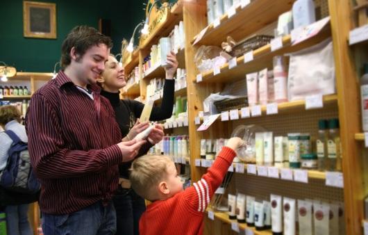 화장품을 고르는 가족