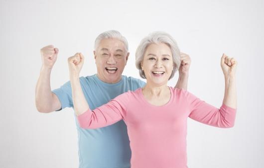 밝게 웃고 있는 노부부