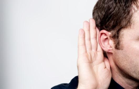 귀를 만지는 남성