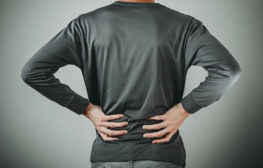 허리 통증이 있는 남성