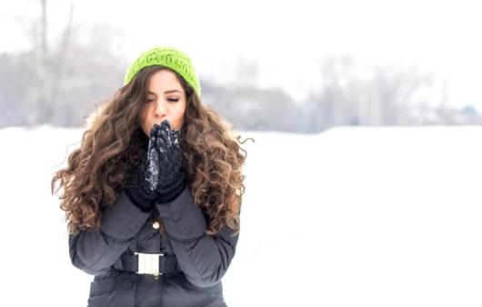 추위에 떨고 있는 여성