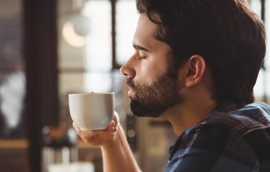 커피를 마시는 남성