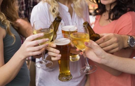 건배하는 여성들