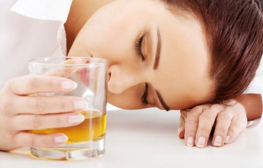술을 마시다가 잠이 든 여성