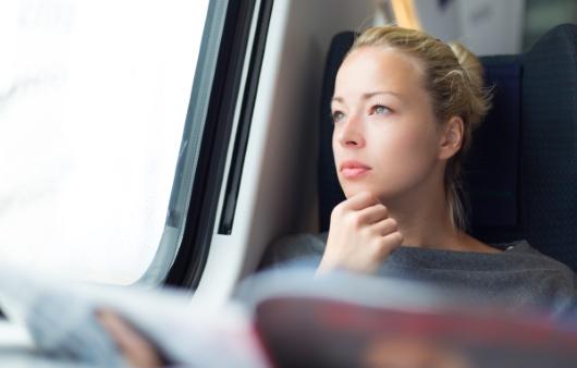 버스에서 먼곳을 응시하는 여자