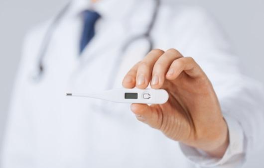 체온계를 들고 있는 의사