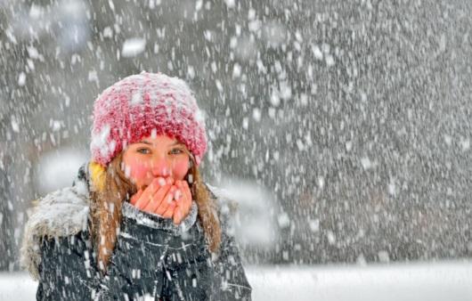 눈오는 겨울 외출한 여성