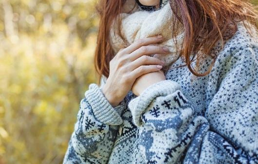 겨울에 손이 시린 여성