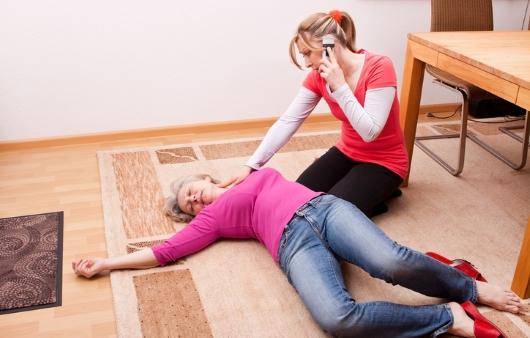 의식을 잃고 쓰러진 여자와 도움을 요청하는 여자