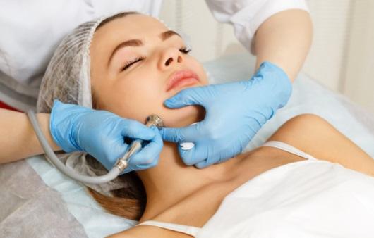 피부 치료를 받는 여성