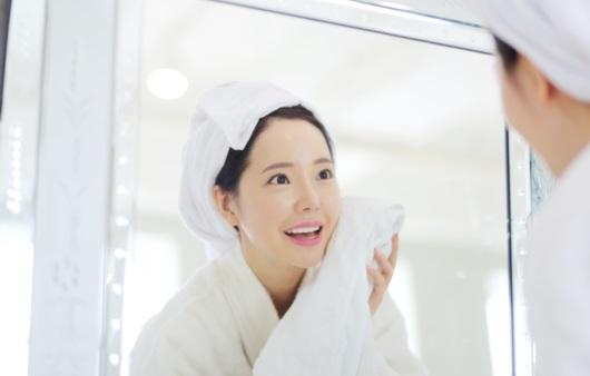 목욕 후 거울보는 여성
