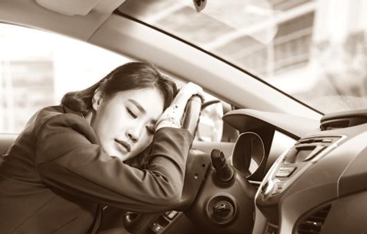 운전대에 기대있는 여성