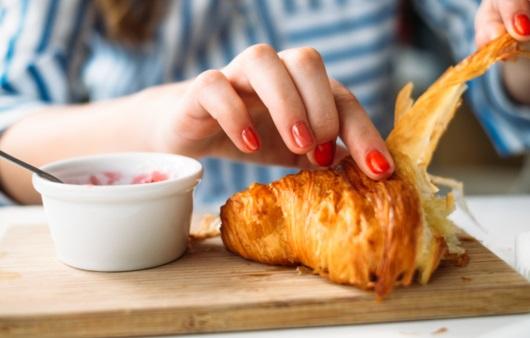 갓구운 빵을 먹는 여성