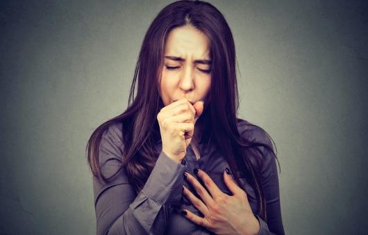 기침하는 여자