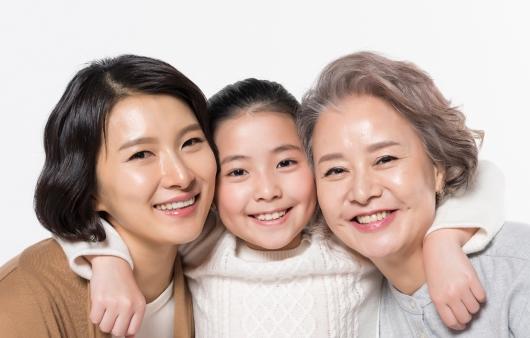 웃고 있는 가족