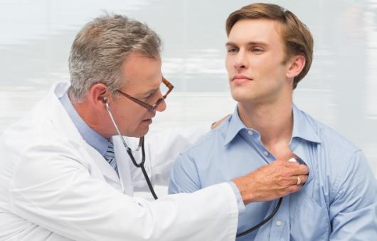 검진을 하는 의료진