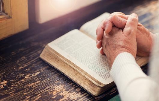 성경위에 손을 모으고 기도하는 모습