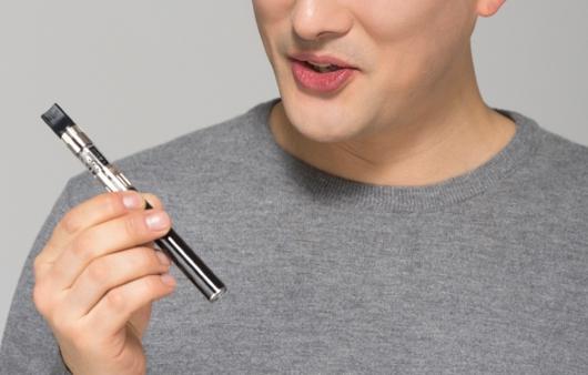 전자담배를 들고 있는 성인