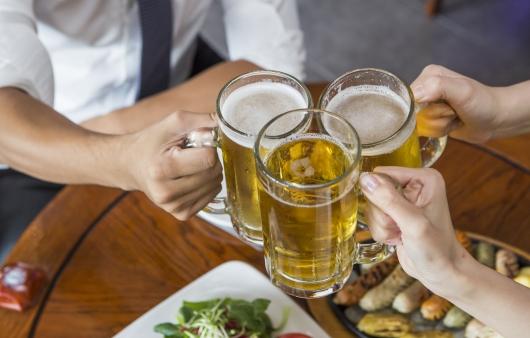 술잔을 들고 있는 사람_알코올 중독 위험성