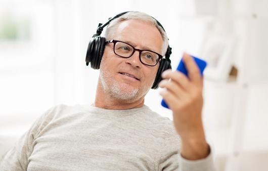 음악을 듣는 남성