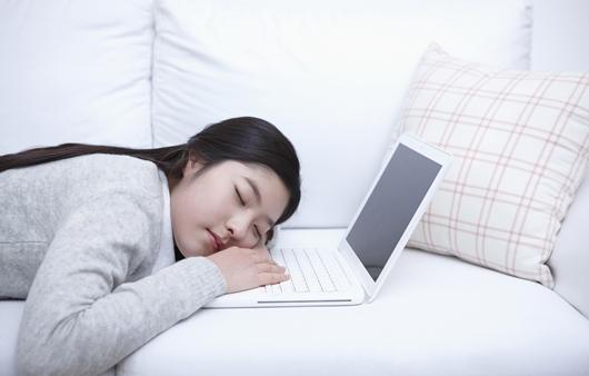 소파에서 잠든 여성