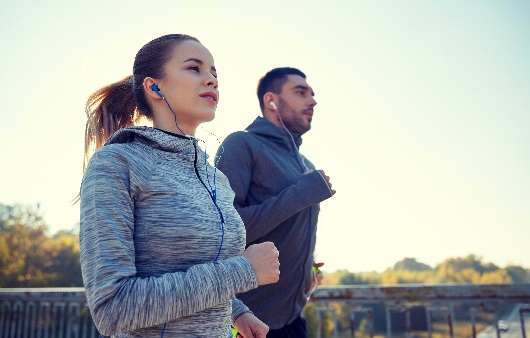 운동을 하고 있는 남녀