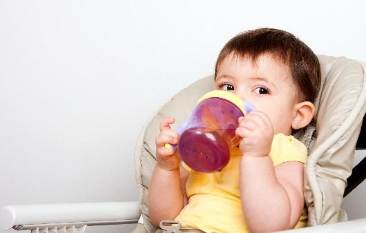 음료를 마시는 아기