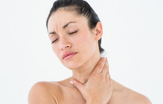 목이신경쓰이는여성