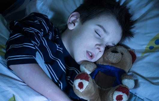 잠을 자고 있는 어린이
