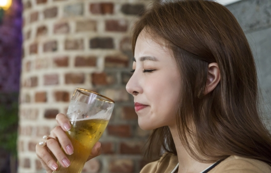 술을 마시는 여성