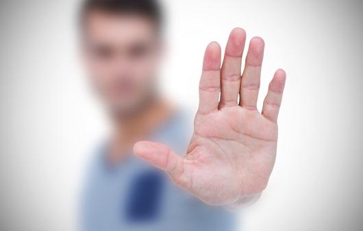 손을 흔드는 남성