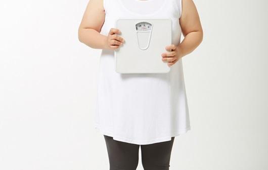 체중계 들고 있는 여성