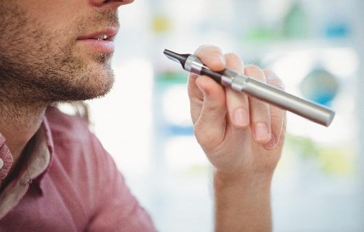 전자담배를 피우는 모습