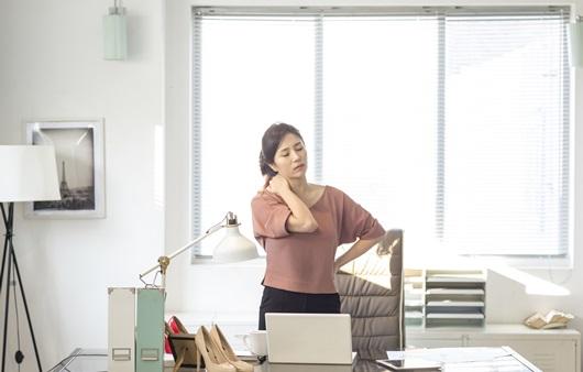 사무실에서 뒷목을 잡고 있는 여성
