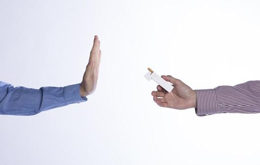 담배를 거부하는 손