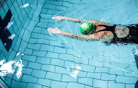 수영하는 여성