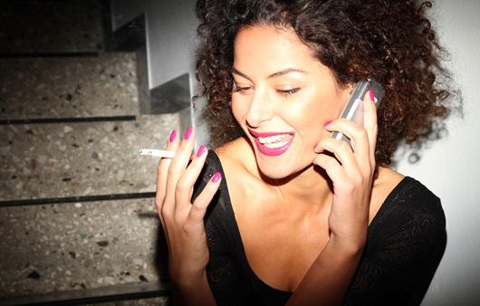 복도 계단에서 흡연하는 여성