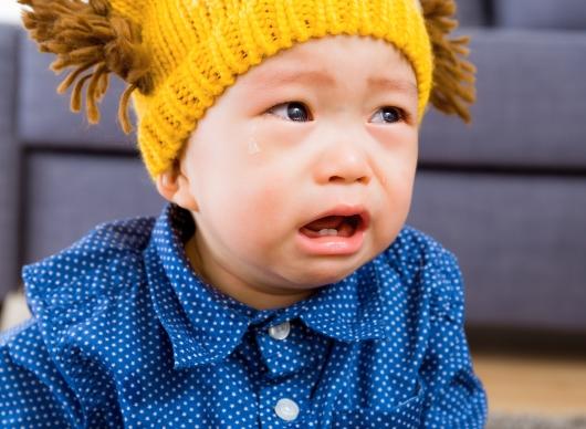 울고 있는 어린아이