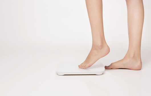 체중을 측정하는 여성