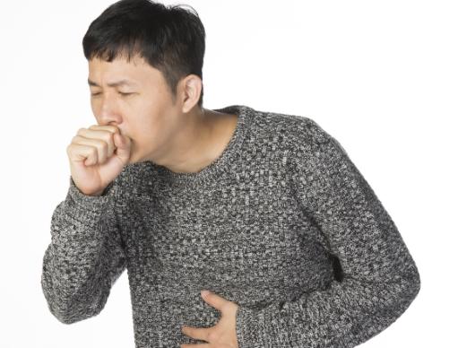 기침하는 남자