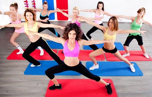 매트 운동하는 여성들