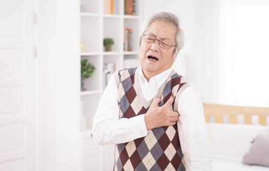 가슴통증을 호소하는 남성