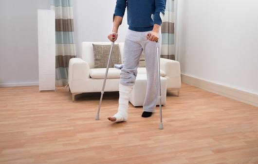 다리 골절로 지팡이를 짚고 있는 모습