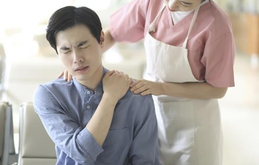 어깨통증을 호소하는 남성