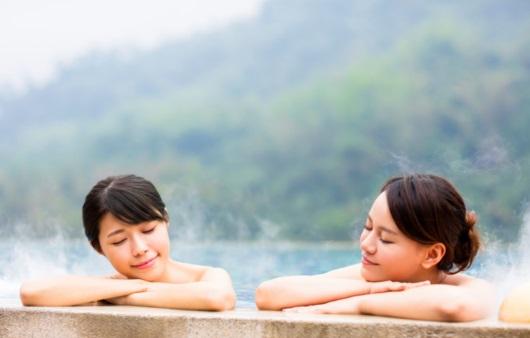 온천욕을 즐기는 여성