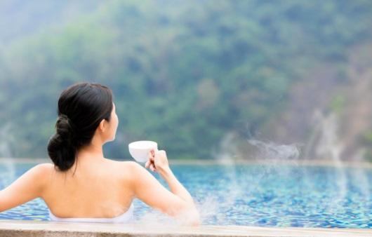 온천욕을 하며 차 마시는 여성