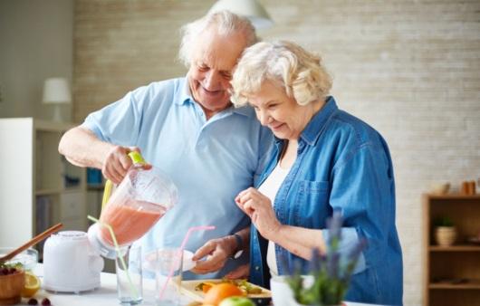 요리를 하는 노년 커플