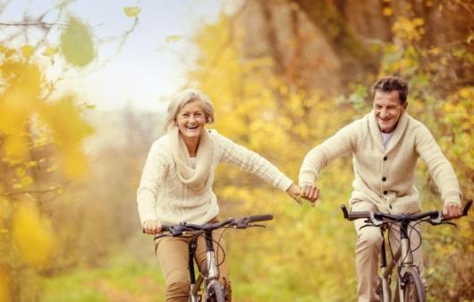 자전거를 타는 노년 커플